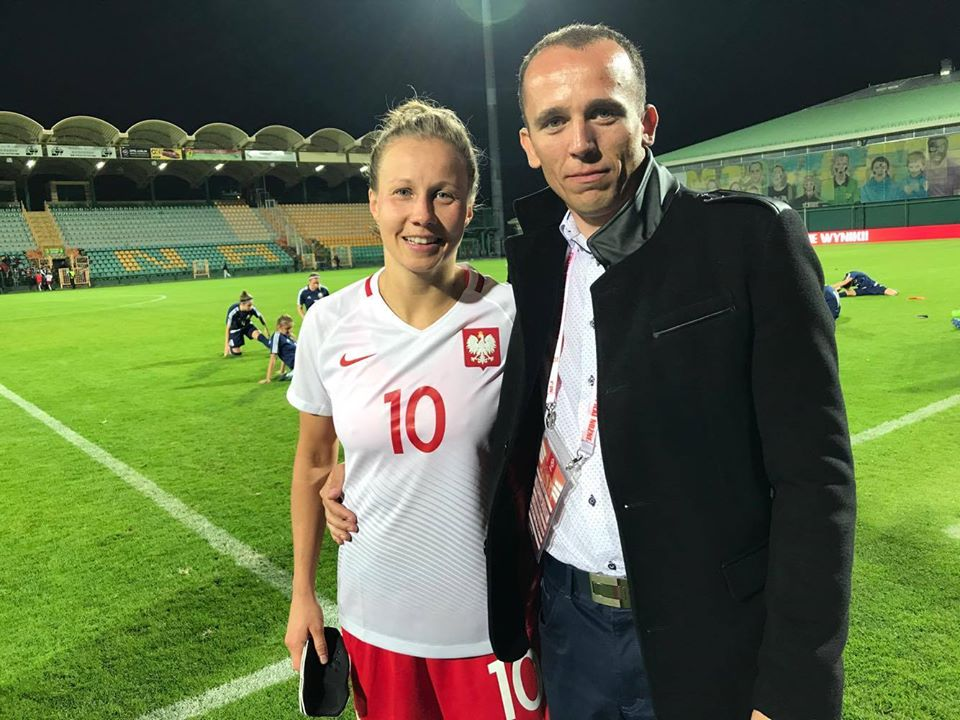 Na zdjęciu Agata Tarczyńska i Jakub Witek kilka minut po zakończeniu meczu eliminacji Mistrzostw Świata w piłce nożnej kobiet Polska - Białoruś zakończonym wynikiem 4:1. Mecz piłki nożnej kobiet odbył się 15 września 2017 roku w Łęcznej i był promowany w social media, telewizji i lokalnej prasie.