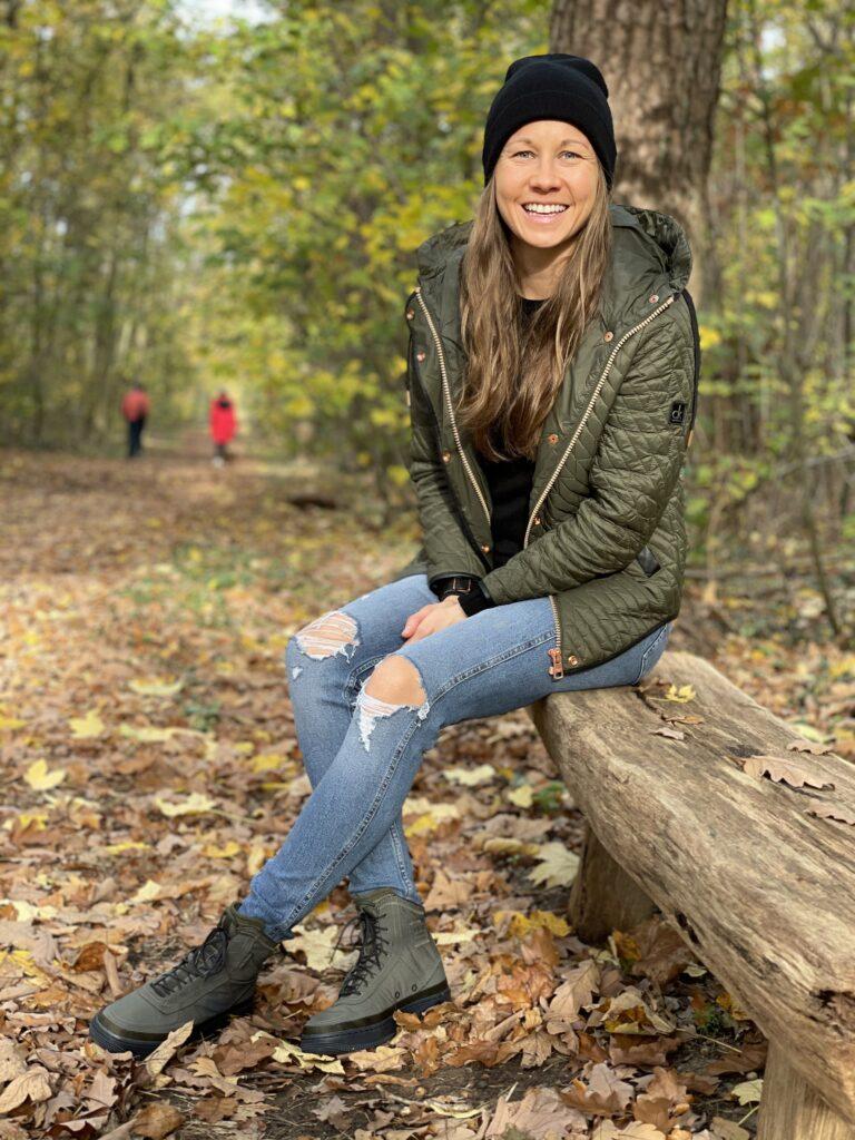 Polska piłkarka Agata Tarczyńska podczas spaceru w lesie